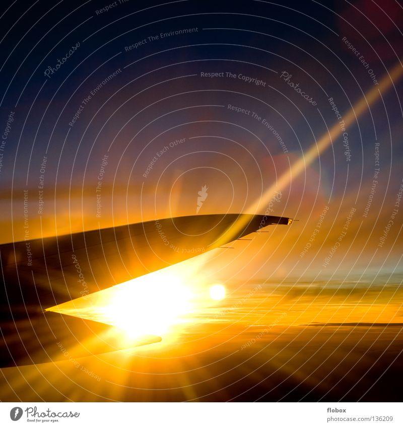 Exploding über den Wolken Sonnenuntergang Flugzeug Tragfläche Triebwerke Fensterplatz mehrfarbig grell brennen Fluggerät Luft Eis Physik kalt heiß Motor