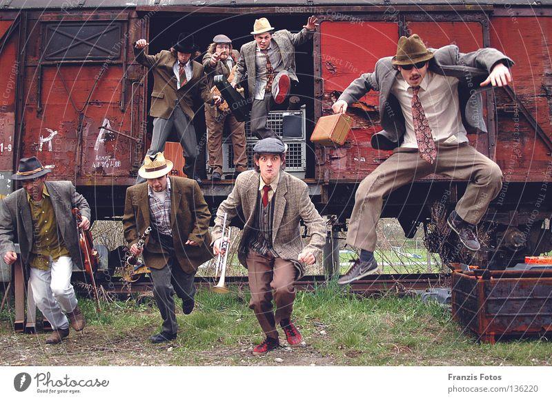 Die Zigeuner springen Aktion Menschengruppe Schnur alt Sinti Eisenbahn Musik Freude