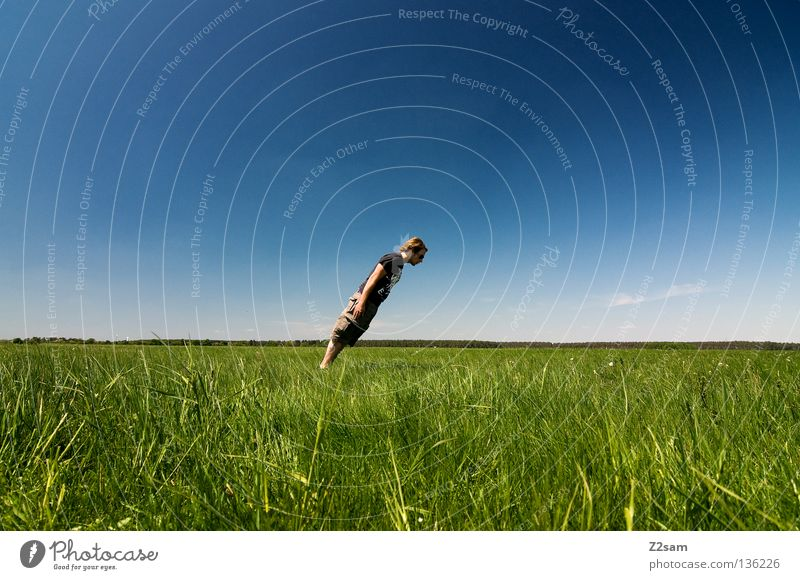 QUERDENKER Mensch Mann Natur Jugendliche Himmel weiß grün blau Sommer ruhig Wolken Einsamkeit Ferne Farbe Erholung Wiese