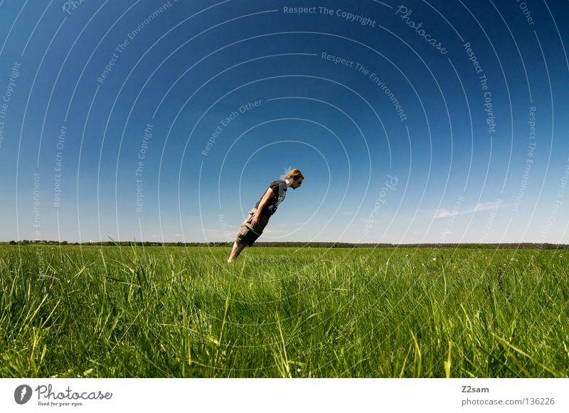 QUERDENKER quer bewegungslos stehen verrückt Zufriedenheit April Erholung genießen Gras grün hell-blau Mann maskulin Mütze ruhen Himmel Sommer Sonntag springen