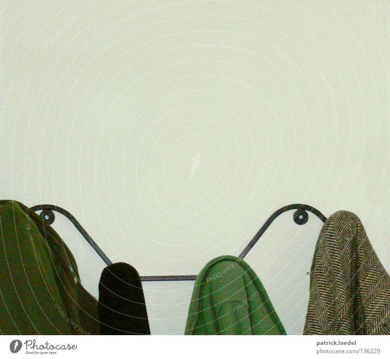 alle zu hause weiß grün kalt Wand grau Zusammensein Wohnung Zufriedenheit Ordnung Häusliches Leben Bekleidung Stoff Jacke hängen Mantel Flur
