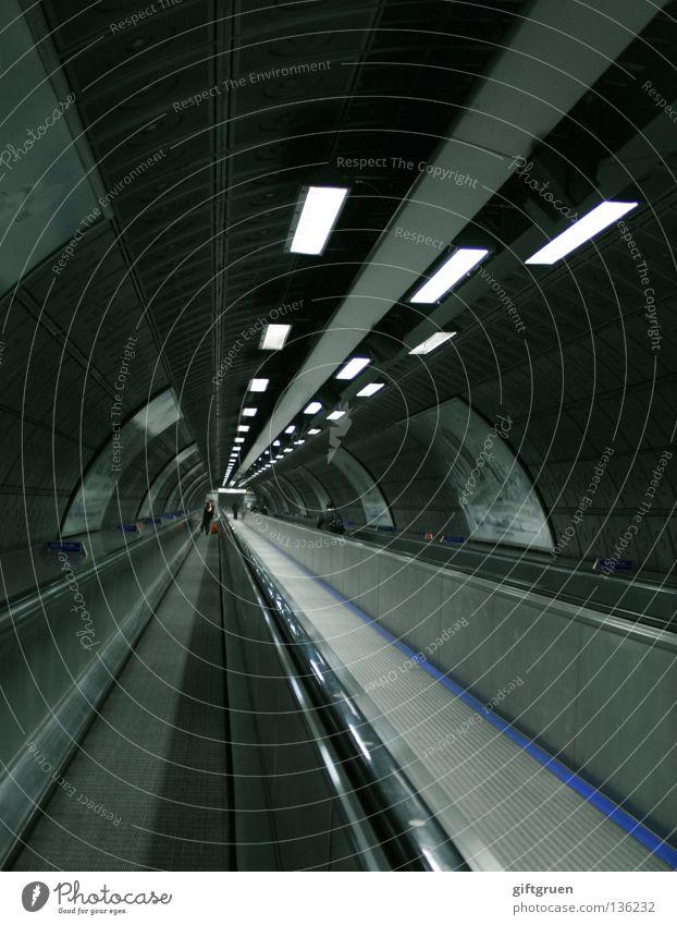 infinity Stadt kalt Bewegung Geschwindigkeit modern Güterverkehr & Logistik offen Unendlichkeit Tunnel Flughafen U-Bahn Neonlicht Eile Untergrund Landebahn