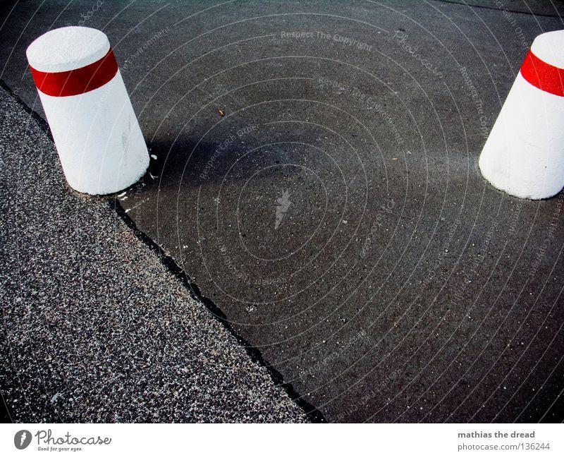 ZWEI KURZE FÜR BELLA schwarz Asphalt Beton Pore Silhouette Muster Oberfläche hart ungemütlich kalt unfreundlich Barriere Streifen rund Straßenverkehr