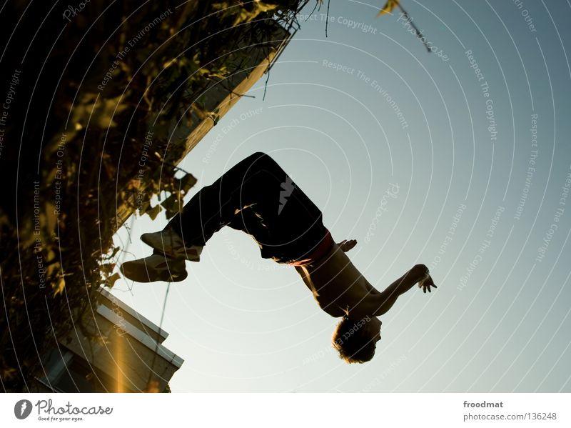 hip hopp Le Parkour springen Rückwärtssalto rückwärts Gegenlicht Schweiz akrobatisch Flugzeug Körperbeherrschung Mut Risiko gekonnt lässig schwungvoll Aktion