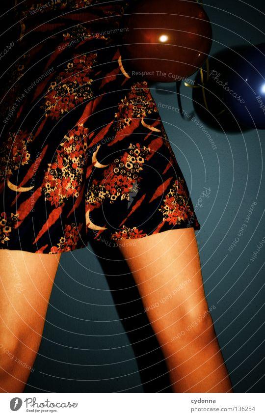 Sprungbrett Frau Mensch blau schön Freude Blume Spielen Gefühle Stil Beine Stimmung orange braun Mund elegant Hintergrundbild