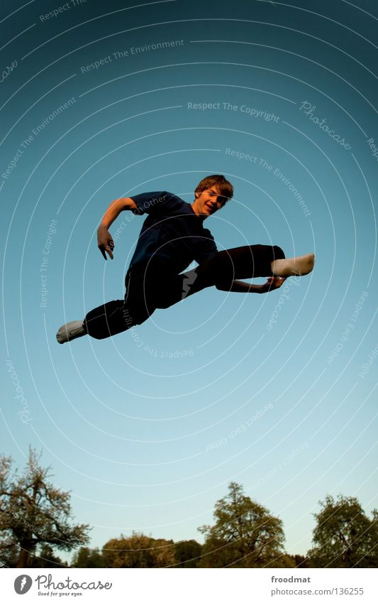nutzt das Himmel Jugendliche Freude Erholung Spielen Bewegung springen Zufriedenheit elegant frei Flugzeug ästhetisch Luftverkehr verrückt Aktion Coolness