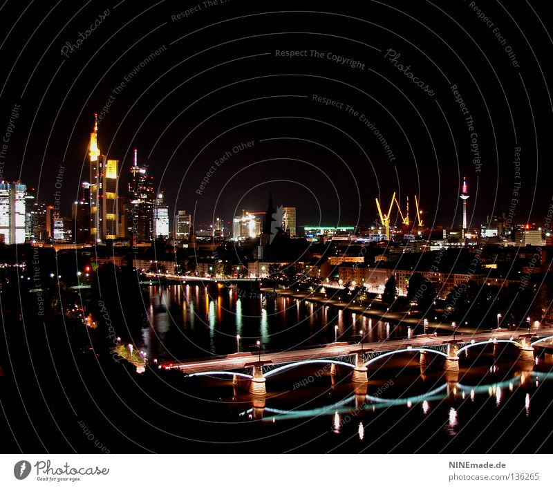 kleine Nachtromantik Wasser Stadt schwarz gelb Straße Lampe Beleuchtung Hochhaus Brücke Fluss Bank Romantik Turm Ladengeschäft Skyline