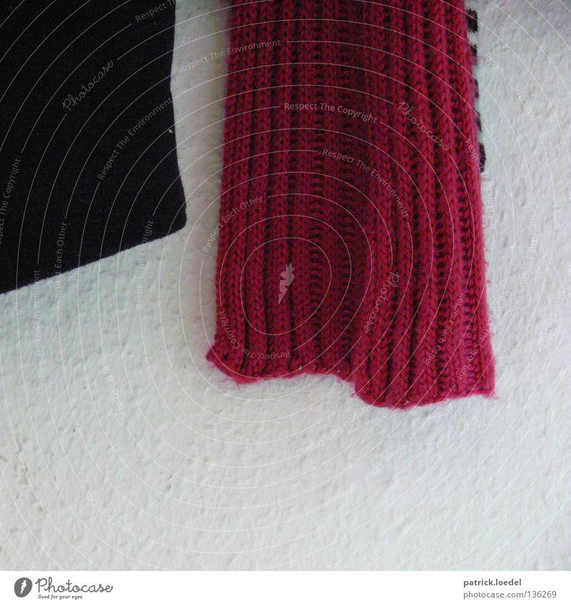 malewitsch revisited weiß rot Winter schwarz kalt Wand Zufriedenheit Wohnung Bekleidung Häusliches Leben Warmherzigkeit Stoff hängen Geborgenheit Schal Heimat
