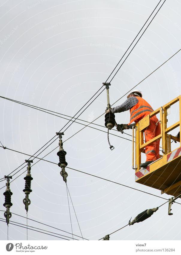 Aufhänger Mann Himmel Arbeit & Erwerbstätigkeit Seil Eisenbahn Industrie Elektrizität gefährlich bedrohlich Baustelle Handwerk Bahnhof Leitung Handwerker