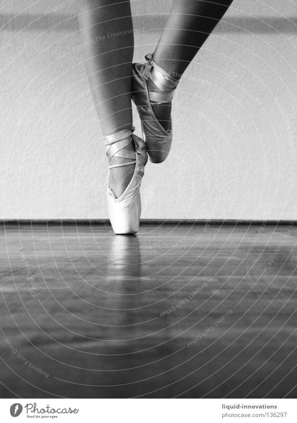 Ballett Balletttänzer Parkett Kunst Kultur Frau Tanzen Körperhaltung Spitzenschuhe Sport-Training Muster Musik Beine Tänzer Tanzschuhe Ballettschuhe