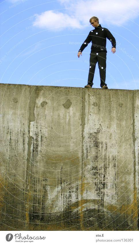 THE WALL | dots pt.3 Mensch Mann Natur Jugendliche alt ruhig Einsamkeit Erholung Wand Mauer maskulin Schilder & Markierungen Beton Bekleidung Ordnung