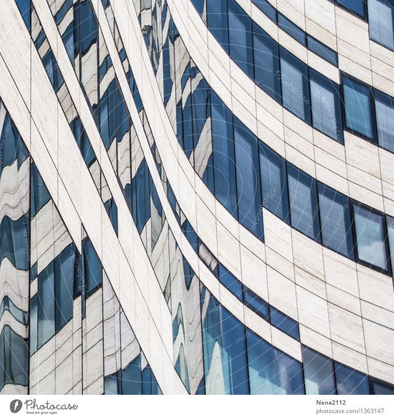 Schwung muss sein Stadt Haus Bauwerk Gebäude Architektur Fassade Fenster außergewöhnlich eckig blau Kurve kurvig gerade Neigung Farbfoto Außenaufnahme