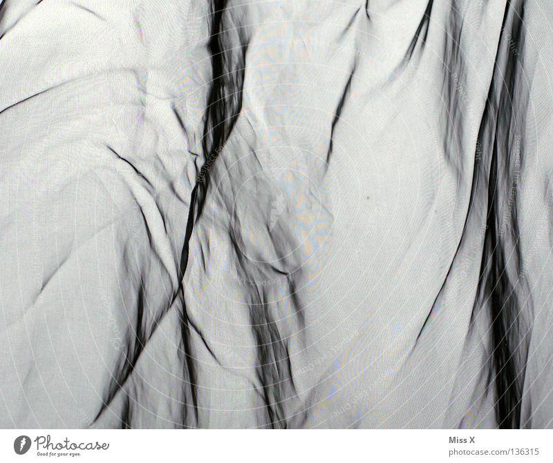 Moiré Schwarzweißfoto Schlafzimmer Stoff grau Vorhang Seide gewebt durchsichtig Falte Moiré-Effekt bügeln Knitter Furche Knitterfalten