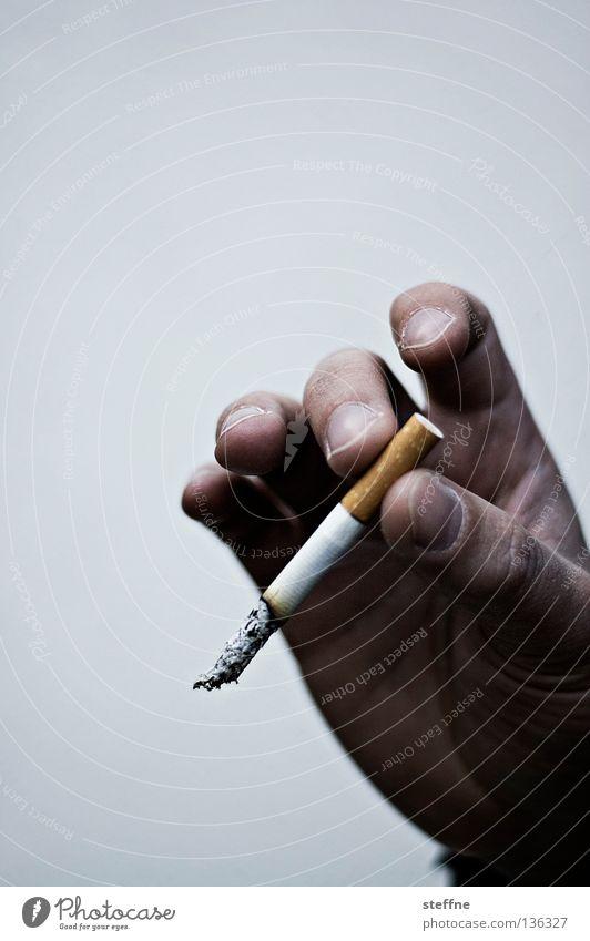 Bin dann ma Kippen holn Mann Hand Finger Rauchen festhalten Rauch Zigarette Geruch ungesund Abhängigkeit Nikotin Krebs Genusssucht schädlich haltend Übelriechend