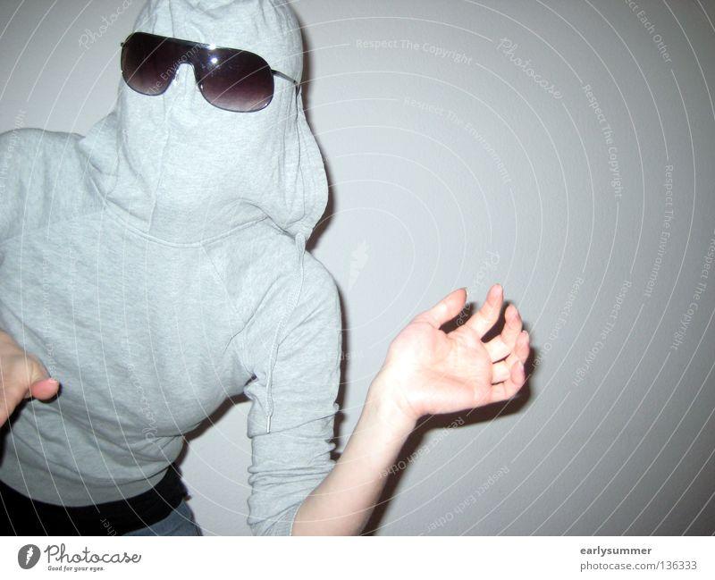 Vermummte Person mit Sonnenbrille gefährlich Schrecken erschrecken Schock Schüchternheit drehen beobachten Panik Angst Kapuze Rollkragenpullover Reißverschluss
