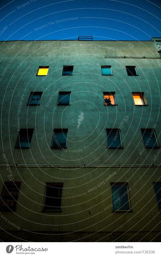Abendspaziergang Haus Fassade Fenster erleuchten Erkenntnis dunkel Dämmerung Nacht Feierabend Licht Physik Heimat Wohnung Berlin Häusliches Leben Wärme