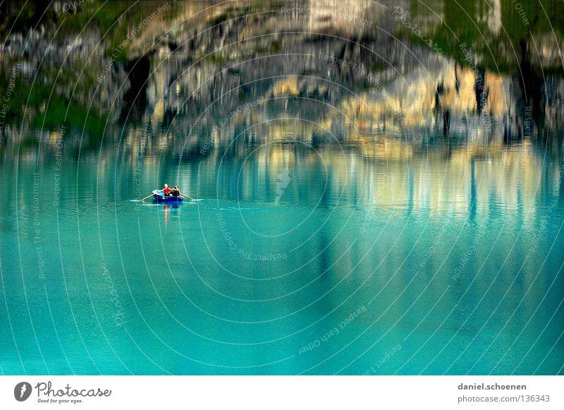 übern See Reflexion & Spiegelung Schweiz grün zyan Tanne Sommer Einsamkeit ruhig Wolken Oberfläche Wasserfahrzeug Angeln Ruderboot Berner Oberland Farbe Himmel