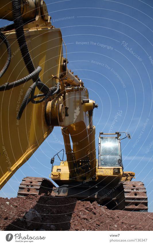 Baggerperspektive Maschine Stahl Baustelle Baumaschine Gelenk schwer bedrohlich unten Froschperspektive Diesel gelb Pause Wochenende Sommer heiß Physik Neubau