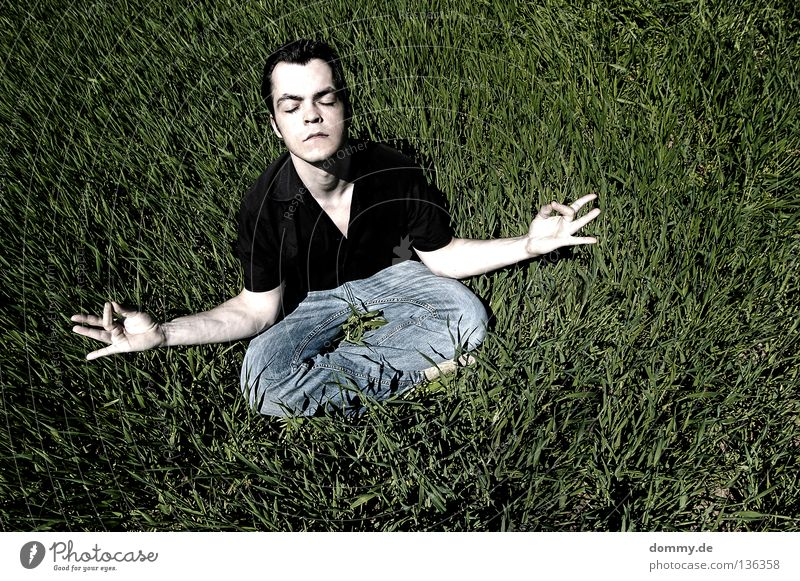 tanken Mann Natur Hand weiß Sommer schwarz Auge Erholung Gras Feld Mund Arme geschlossen Haut Nase Finger