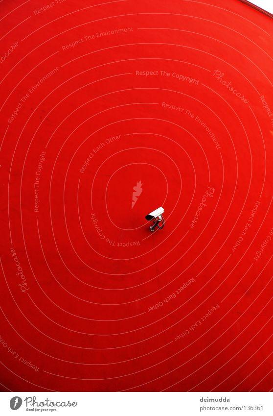 Er, gebunden, sucht Sie für eine Affäre Blick Haus Videokamera Technik & Technologie Medien Himmel Mauer Wand Dach beobachten rot Wachsamkeit Einsamkeit Farbe