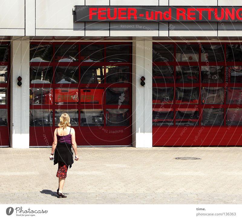 ... aber sie überlegte noch ... Frau rot Haus Fenster Wand Tür Glas Verkehr gefährlich Hilfsbereitschaft Technik & Technologie beobachten Brandschutz Schönes Wetter Tor Dienstleistungsgewerbe