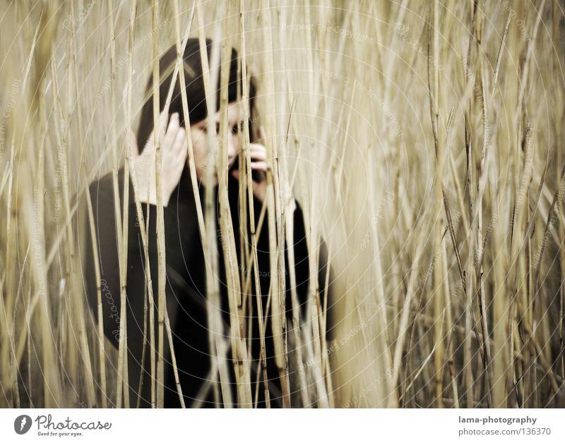 Gedankenschleier Frau Einsamkeit Gras Küste grau Traurigkeit See Erde Denken träumen Perspektive trist Trauer geheimnisvoll Schilfrohr Urwald