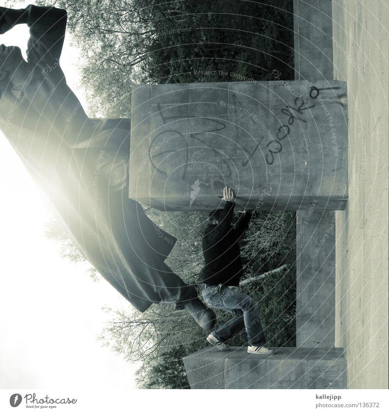 kaum zu ertragen Mensch Mann Deutschland Platz Frieden Sturm festhalten Statue Denkmal historisch Spanien Krieg Held kämpfen Block drücken
