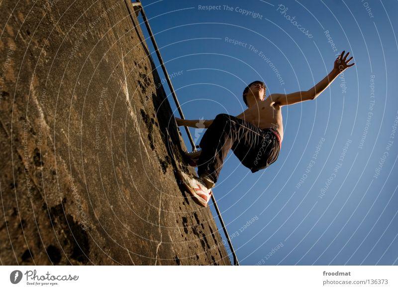 kletterei Jugendliche Himmel Freude Sport Erholung springen Bewegung Mauer Zufriedenheit elegant frei verrückt Aktion ästhetisch Coolness
