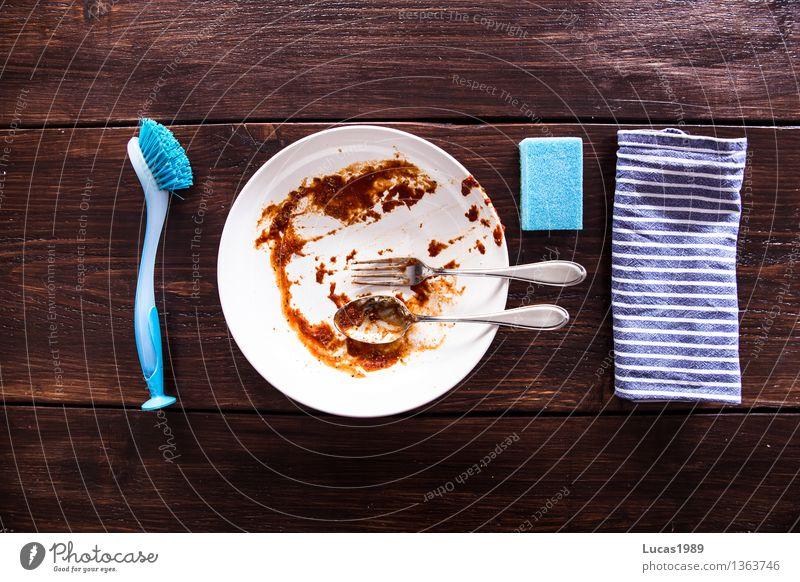 Abwasch - Super Still Life Essen Lebensmittel dreckig Ernährung Reinigen Küche Holzbrett Teller Holztisch Nudeln Löffel Gabel Bürste Saucen Schwamm