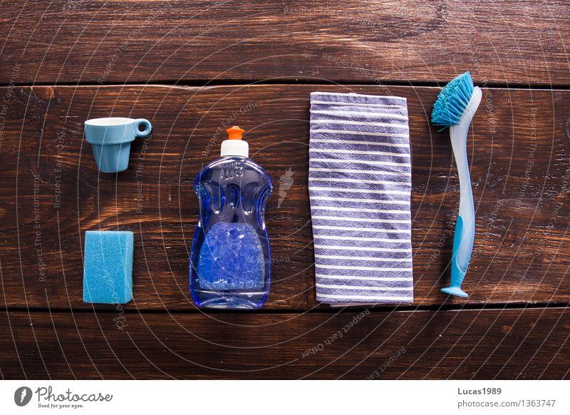 Abwasch - Super Still Life Ernährung Tasse Espresso Schwamm Spülmittel spülen Bürste Küchenhandtücher Holztisch Holzbrett Reinigen blau braun weiß