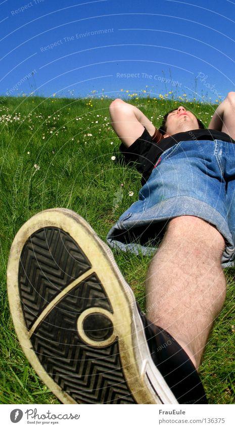 Take it easy Sonnenstrahlen genießen Wiese grün Blume Gänseblümchen Löwenzahn Hügel Sommer Jahreszeiten Erholung Himmel Stimmung Schuhe gähnen Gelenk schlafen