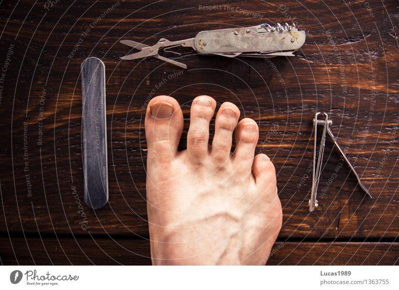 Fußpflege Mensch Jugendliche Mann schön Junger Mann 18-30 Jahre Erwachsene braun Körper Haut Reinigen Körperpflege Holzbrett Kosmetik Holztisch