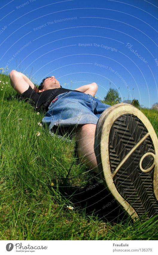 Chillor Himmel Mann grün blau Freude Sommer Blume Erholung Wiese Berge u. Gebirge träumen Beine Stimmung Fuß Schuhe Mund