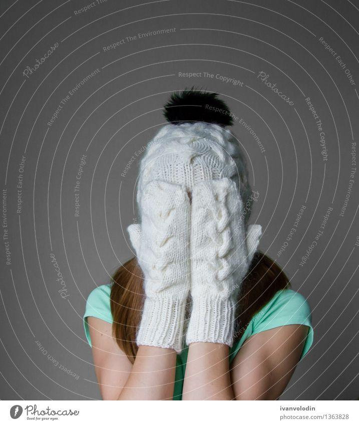 Lächelndes junges Mädchen in der Winterkappe, -schal und -handschuhen Freude Glück schön Haut Gesicht Kosmetik Mensch Frau Erwachsene Wärme Mode Bekleidung