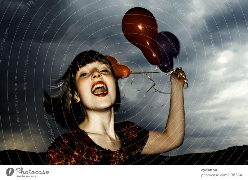 Vorfreude Frau Mensch Himmel Mädchen rot Blume Freude Wolken Spielen Gefühle Stil Party lachen Stimmung braun Mund
