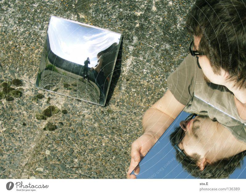 illusion pt.3 Kerl Körperhaltung Mann maskulin Jugendliche Hand Spiegel Reflexion & Spiegelung Spiegelbild Beton Betonboden hocken Ordnung Muster gekrümmt Ecke