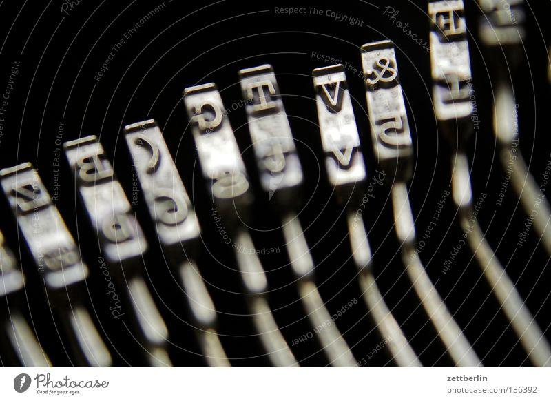 Buchstaben Schriftzeichen kaputt Kommunizieren Information schreiben Schriftstück Verfall Typographie Druck Schreibmaschine Büroangestellte Verwesung