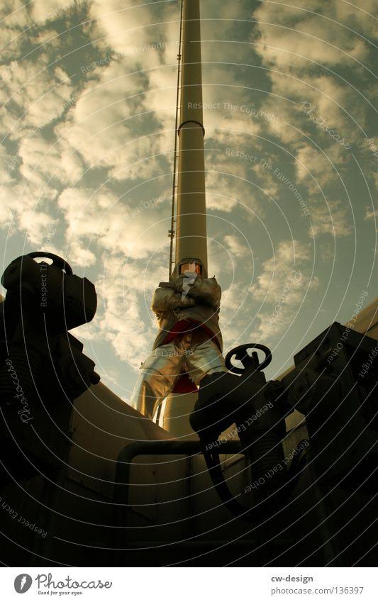 POSER Mann Freude Wolken Erholung dunkel Wärme Arbeit & Erwerbstätigkeit Industrie Körperhaltung Physik Schönes Wetter diagonal Stahl Anzug Röhren Handwerk