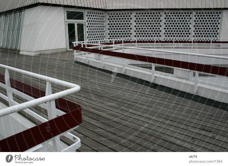 Zick Zack Holz rot Berliner Philharmonie Architektur Geländer