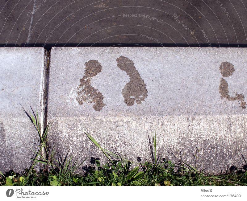 Kalte Füße Farbfoto Außenaufnahme Tag Schwimmen & Baden Schwimmbad Wasser Gras Stein Fußspur kalt grau grün Füße hoch Brunnen kühlen Kühlung kneipp kneippen