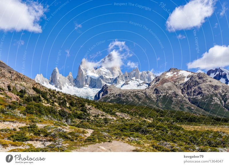 Peaks von Fitz Roy im Tal, El Chalten, Argentinien Schnee Berge u. Gebirge wandern Klettern Bergsteigen Natur Landschaft Himmel Park Felsen Gletscher See blau