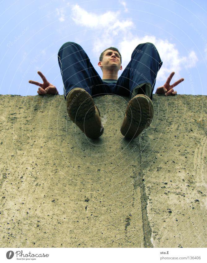 THE WALL | peace, bruder Mann maskulin Jugendliche Kerl Körperhaltung faulenzen ruhen genießen ruhig Erholung Wolken schlechtes Wetter Sommer Mauer Wand Stein