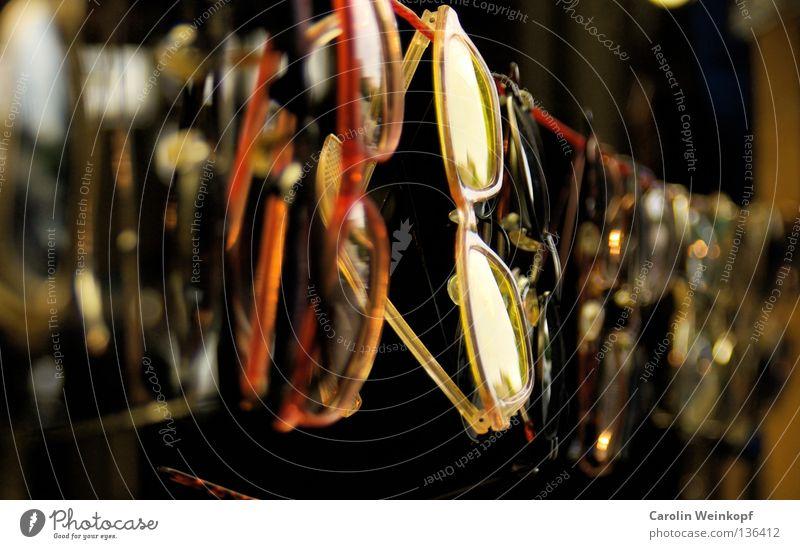 Durchblick. Brille Sonnenbrille Lesebrille Wäscheleine Unschärfe Tiefenschärfe rot gelb Flohmarkt Trödel Kunst Kultur Ramsch