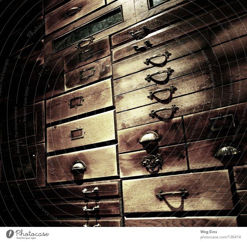 Schubladendenken alt ruhig dunkel Architektur geheimnisvoll Ladengeschäft Denken Weisheit Qualität Schrank Bibliothek Barock Regal Apotheke