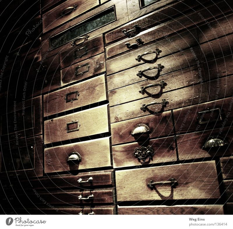 Schubladendenken Bibliothek ruhig dunkel Innenaufnahme Qualität Apotheke Schrank Regal Weisheit geheimnisvoll Intelektuell Barock alt Griffe Kontrast
