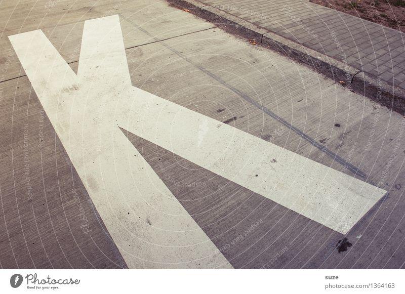 Ein Helveti Ka Kunst Straße Zeichen Schriftzeichen Schilder & Markierungen Hinweisschild Warnschild alt dreckig einfach trashig trist trocken grau weiß