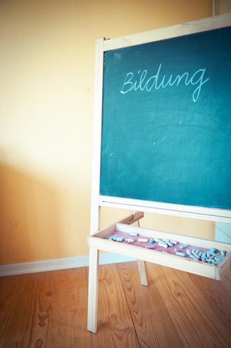 Bildungsstand Freizeit & Hobby Häusliches Leben Wohnung Kindererziehung Schule lernen Tafel Kindheit Schuhe Schriftzeichen authentisch Beginn