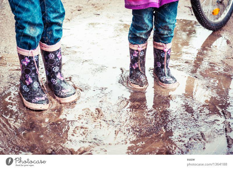 Matschzwerge Mensch Kind Freude kalt Herbst Spielen klein Beine Mode Fuß Regen Wetter Freizeit & Hobby dreckig Erde authentisch
