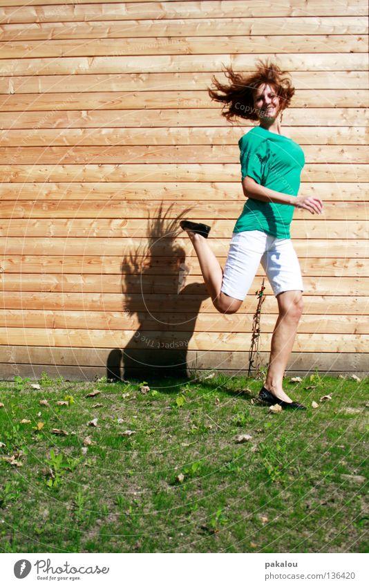 waagerecht gegen senkecht Frau Mensch Jugendliche schön Sommer Freude kalt Wiese Wand Spielen Holz Graffiti Gras Haare & Frisuren lachen Beine