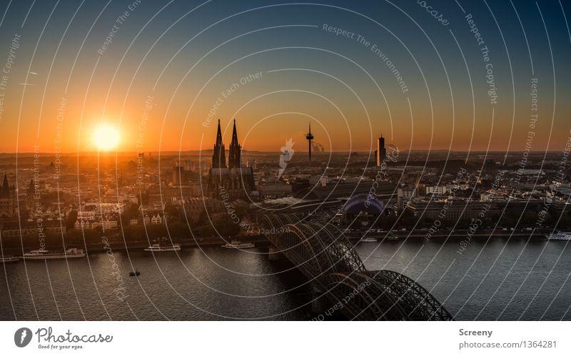 Volle Breitseite Kölle Wasser Himmel Wolkenloser Himmel Schönes Wetter Rhein Köln Deutschland Europa Stadt Stadtzentrum Altstadt Skyline bevölkert Haus Kirche
